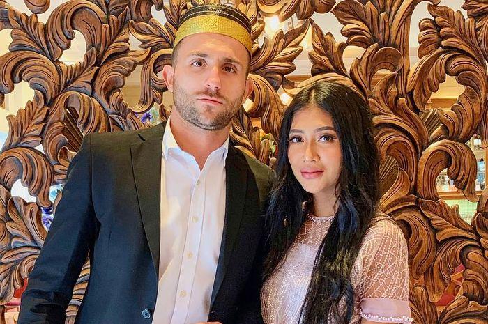 Striker naturalisasi Indonesia, Ilija Spasojevic (kiri), berpose dengan sang istri, Lehly Spasojevic