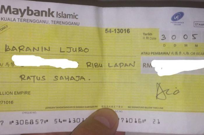 Cek milik pemain asal Serbia Ljubo Baranin dari Batu Dua FC yang diduga palsu.