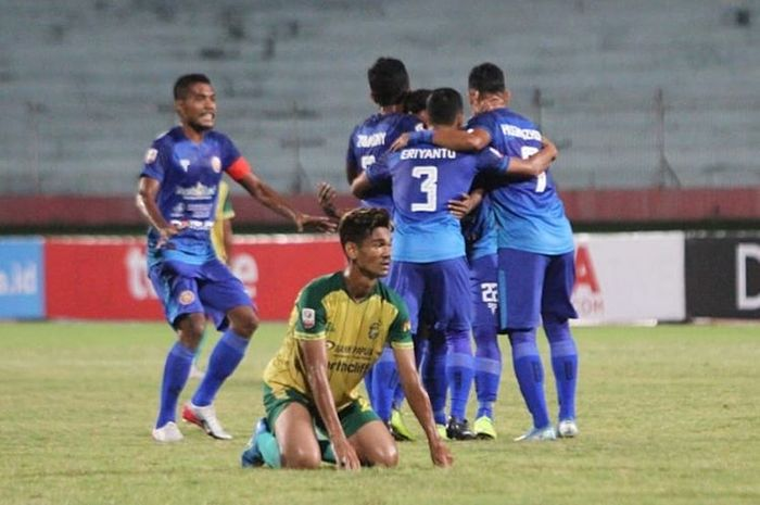Pemain Persiraja Banda Aceh merayakan gol yang dicetak oleh Andre Abu Bakar ke gawang Persewar Waropen pada babak delapan besar Liga 2 2019.