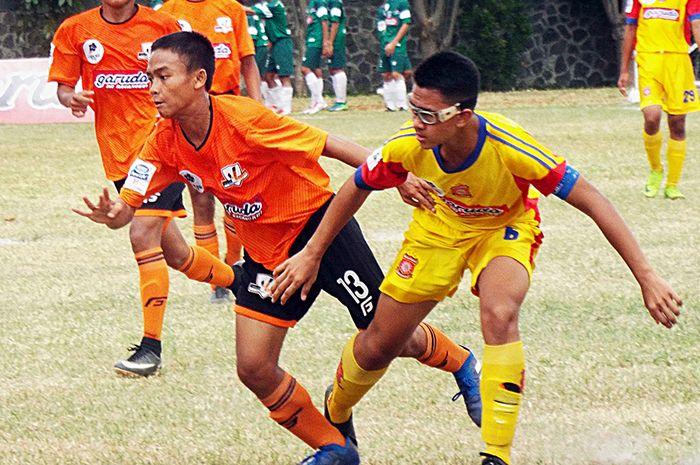 Penyerang SSB Villa 2000 Muhamad Kaka (kedua dari kiri) berebut bola dengan bek SSB Salfas Soccer Mu