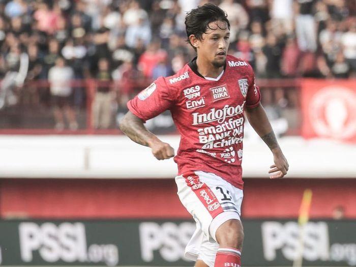 Aksi winger Bali United, Irfan Bachdim, saat membela timnya melawan Persija Jakarta pada leg pertama delapan besar Piala Indonesia 2018.
