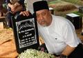 Indro Warkop Bawa 3 Bunga Spesial Ini ke Makam Sang Istri Setelah 7 Hari, Kenapa?
