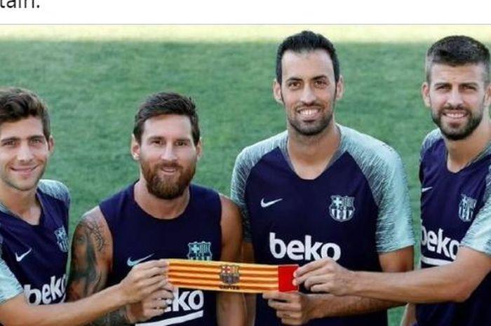 Sergi Roberto, Lionel Messi, Sergio Busquets, dan Gerard Pique memegang ban kapten Barcelona.