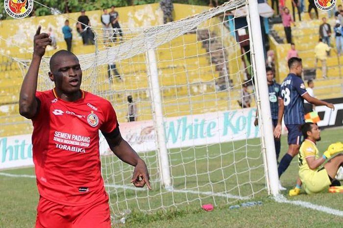 Striker Semen Padang, Karl Max Berthelemy, merayakan dua gol yang dicetaknya ke gawang Persela Lamongan pada pekan ke-16 Liga 1 2019.