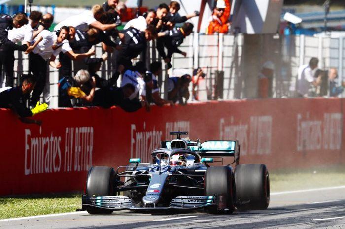 Lewis Hamilton (Mercedes) saat melintasi garis finis pada sesi balapan F1 GP Spanyol 2019, Minggu (12/5/2019)