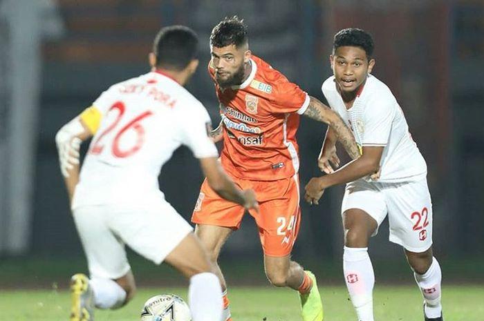 Bek Borneo FC, Diego Michiels, berebut bola dengan pemain Barito Putera pada laga uji coba di Stadion Segiri, Samarinda, Minggu (31/3/2019).