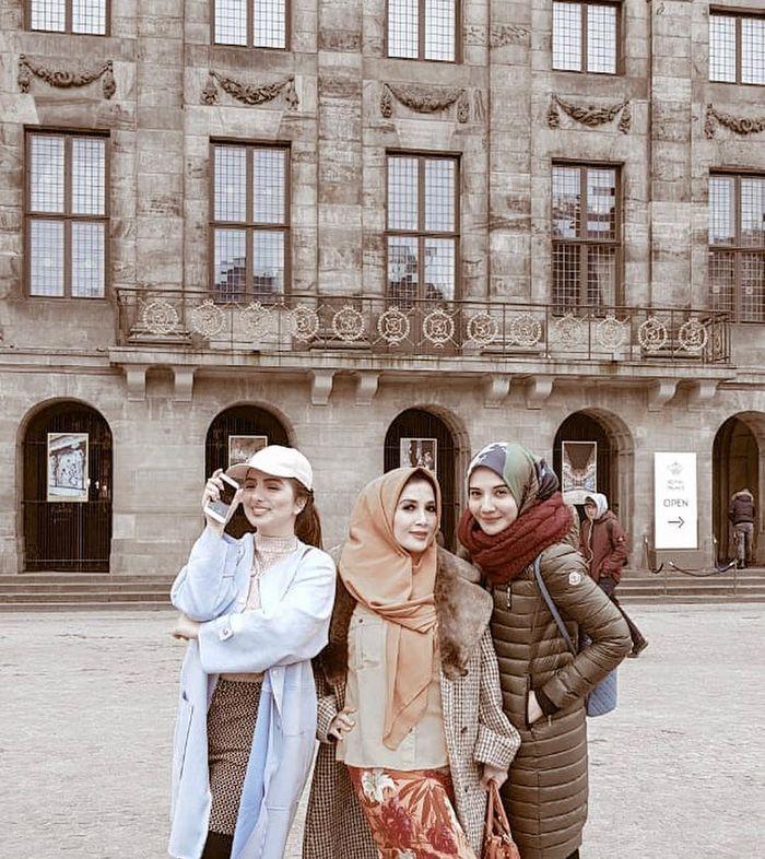 Penampilan Zaskia Sungkar saat liburan bersama sepupunya Sarah di Amsterdam