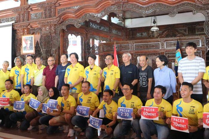 Legenda bulu tangkis Indonesia bersama para pacer di pembukaan Tiket.com, Kudus Relay Marathon 2019, Sabtu (24/8/2019).