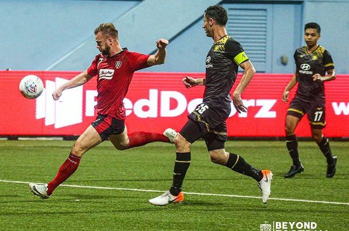 Aksi striker Bali United, Melvin Platje, saat hendak mencetak gol keduanya ke gawang Tampines Rovers pada Kualifikasi Liga Champions Asia 2020