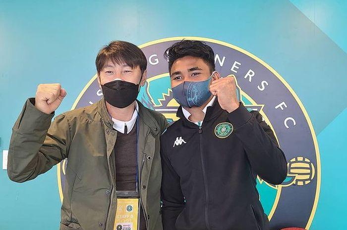 Pelatih timnas Indonesia, Shin Tae-yong, bertemu dengan Asnawi Mangkualam selepas laga antara Ansan Greeners dan Jeonnam Dragons pada Liga Korea 2.