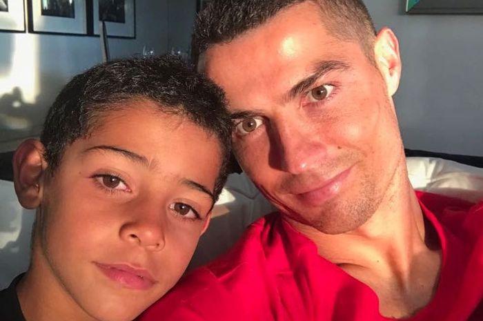 Cristiano Ronaldo (kanan) dan anaknya (kiri)