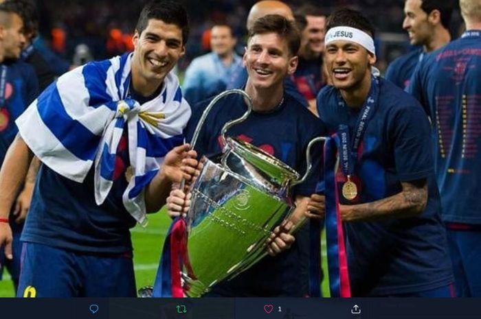 Luis Suarez, Lionel Messi, dan Neymar berpose dengan trofi juara Liga Champions usai Barcelona menekuk Juventus di final edisi 2014-2015.