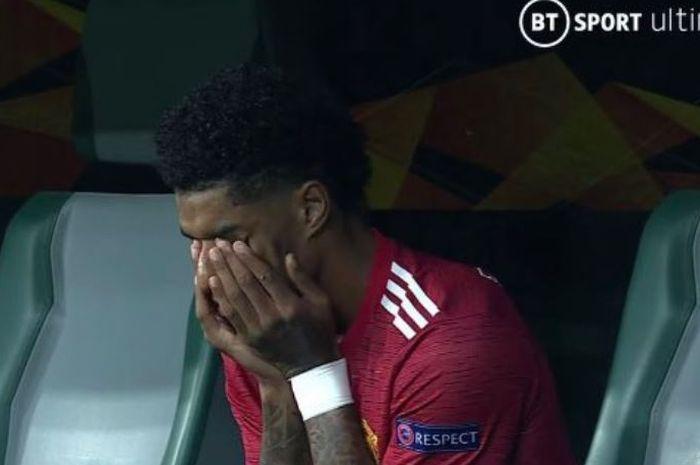 Striker Manchester United, Marcus Rashford, menangis usai timnya dikalahkan Villarreal dalam laga final Liga Europa di Stadion Gdansk, Rabu (26/5/2021).