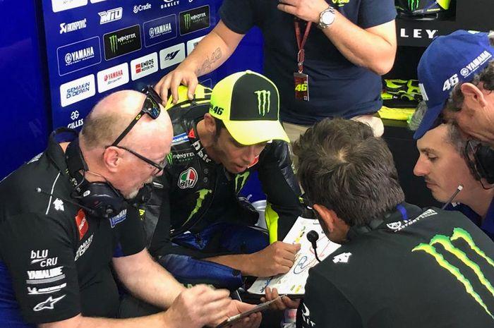 Valentino Rossi saat berdiskusi dengan kru tim Monster Energy Yamaha sesaat sebelum turun pada sesi balapan MotoGP Catalunya 2019.
