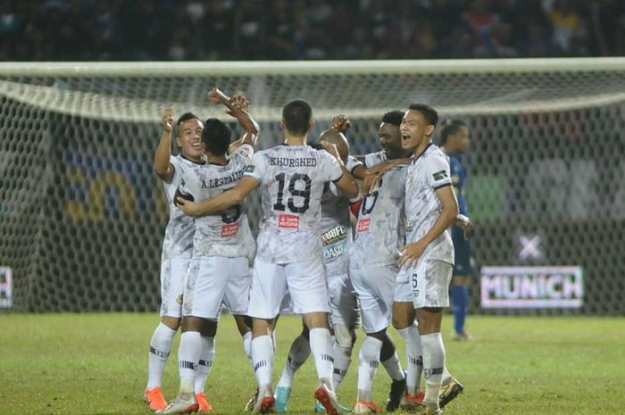 Skuat Tira Persikabo merayakan kemenangan atas tuan rumah Arema FC di Stadion Gajayana, Malang, Sabtu (29/6/2019).