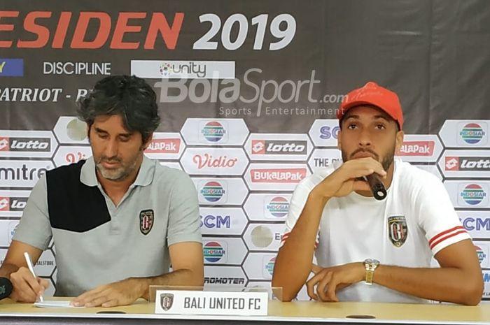 Pelatih dan pemain Bali United Stefano Cugurra alias Teco dan Willian Pacheco dalam jumpa pers di ruang media Stadion Patriot Chandrabhaga, Kota Bekasi, Sabtu (2/3/2019).