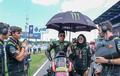 Ini Pesona Umbrella Girl Berhijab di MotoGP di Samping Hafizh Syahrin