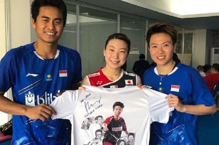 Tontowi Ahmad (kiri), Arisa Higashino (tengah) dan Liliyana Natsir (kanan) ketika bertemu pasca laga