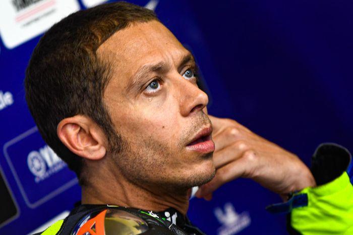 Pembalap Monster Energy Yamaha, Valentino Rossi, berada di garasi pada hari kedua seri balap MotoGP Belanda di Sirkuit Assen.