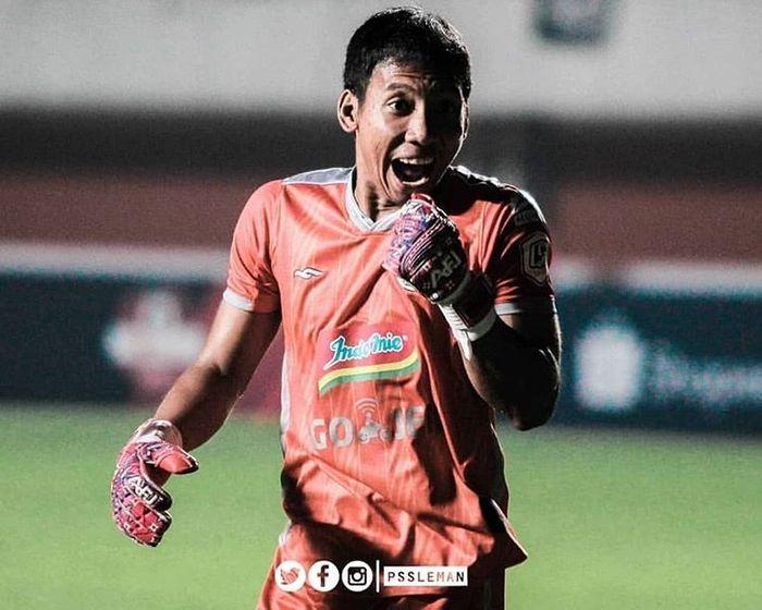 Kiper PSS Sleman, Ega Rizky, saat membela PSS Sleman melawan Arema FC pada pekan pertama Liga 1 2019 yang berlangsung di Stadion Maguwoharjo, Sleman, pada 15 Mei 2019.