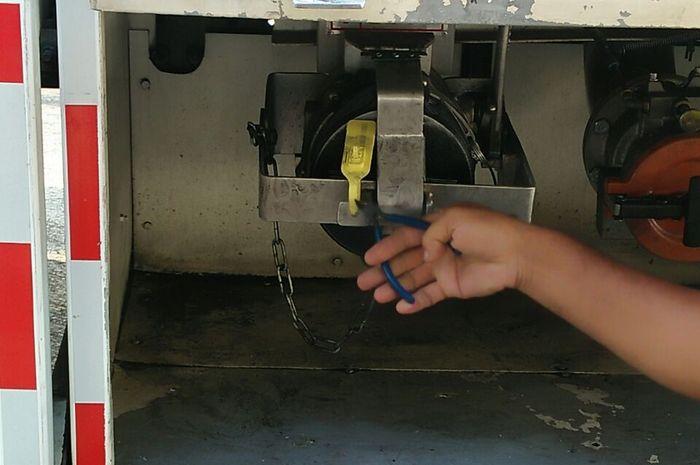 Segel dispenser saat mobil tangki Pertamax Turbo masuk ke sirkuit Sentul