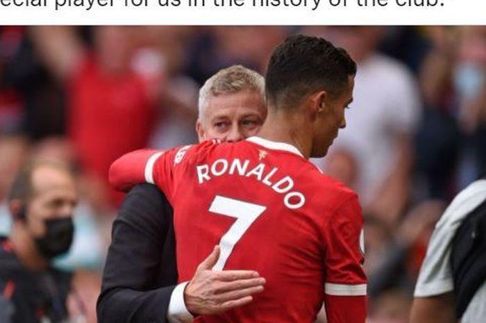 Pelatih Manchester United, Ole Gunnar Solskjaer, memeluk Cristiano Ronaldo seusai laga Liga Inggris kontra Newcastle United di Stadion Old Trafford, Sabtu (11/9/2021).