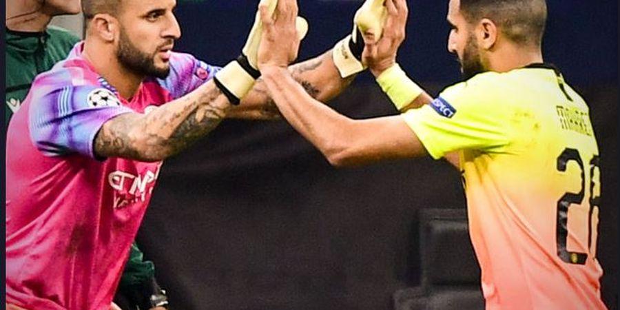 Di Bench, Riyad Mahrez Berdiskusi dengan Asisten Pelatih soal Gol Mohamed Salah Lewat Ponsel