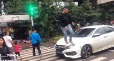 Video Pejalan Kaki  Injak Honda Civic di Zebra Cross, Pengemudi Geram