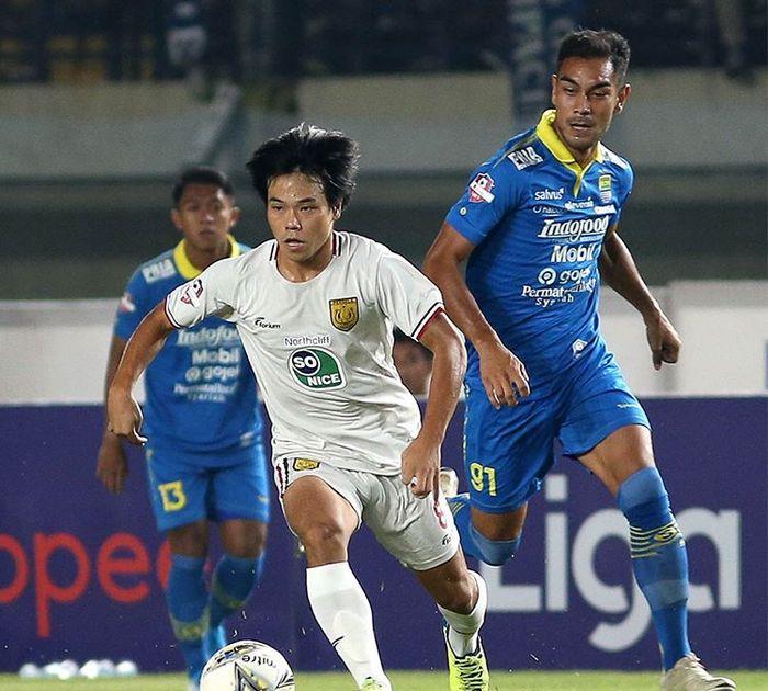 Gelandang Persela Lamongan, Kei Hirose, saat membela timnya melawan Persib Bandung pada gelaran Liga 1 2019.