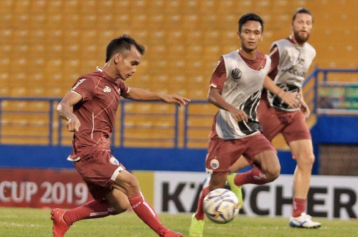 Riko Simanjuntak, Dany Saputra, serta Steven Paulle dalam official training Persija Jakarta di Stadion Go Dau, Vietnam, Selasa (30/4/2019).