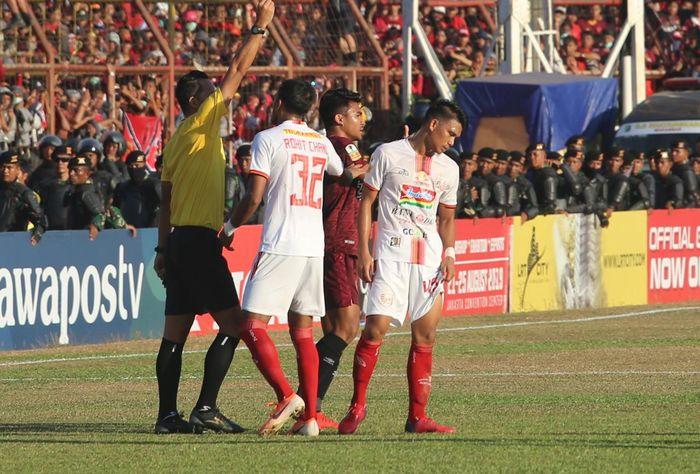 Gelandang Persija, Sandi Sute, mendapatkan kartu merah dalam partai leg kedua final Piala Indonesia kontra PSM Makassar di Stadion Andi Mattalatta, Makassar, 6 Agustus 2019.