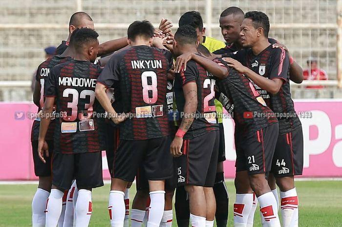 Para pemain Persipura Jayapura melakukan tos sebelum laga kontra Perseru Badak Lampung di Stadion Sumpah Pemuda, Bandar Lampung, dalam lanjutan Liga 1 2019, Senin (28/10/2019).
