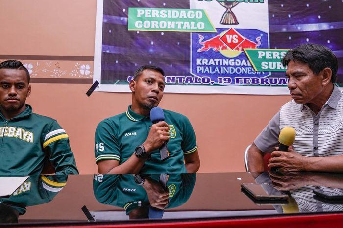 Bejo Sugiantoro (tengah) saat jumpa pers sebelum laga Persebaya kontra Persidago di leg pertama babak 16 besar Piala Indonesia 2018.