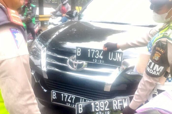 Mobil bawa tiga pelat nomor beda yang ditilang ternyata bukan mobil dinas Setmil Presiden