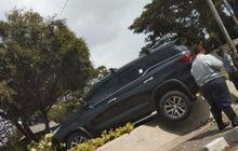 Pengemudi Hilang Kendali, Toyota Fortuner 'Terbang' dan Nyangkut di Bundaran