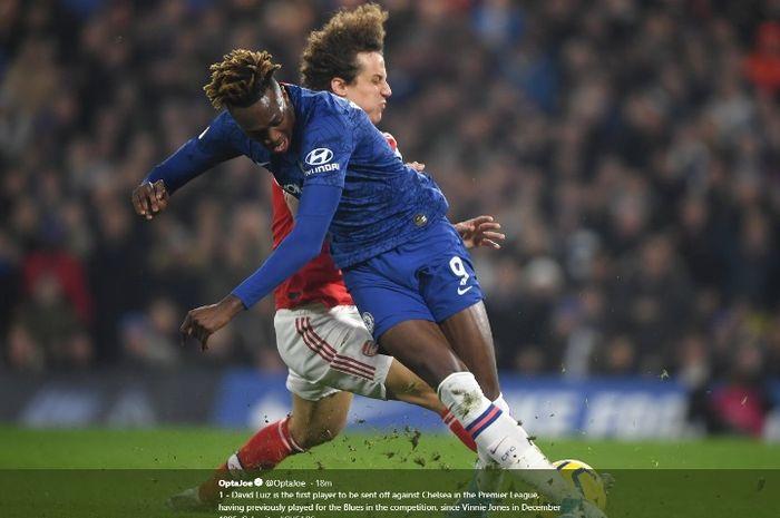 Aksi bek Arsneal, David Luiz, dalam laga kontra Chelsea di Stamford Bridge pada Selasa (21/1/2020).