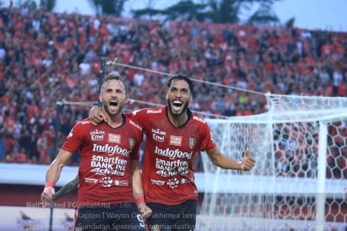Ilija Spasojevic (kiri) merayakan gol penentu kemenangan Bali United.