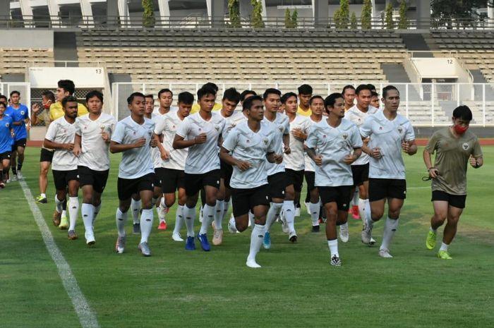 Timnas Indonesia melakukan sesi latihan di Stadion Madya, Senayan, Jakarta Pusat, Jumat (7/8/2020)