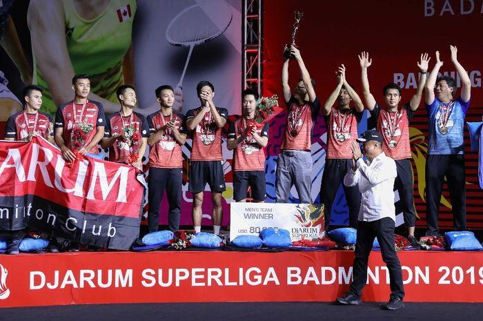 Tim putra PB Djarum melakukan selebrasi di atas podium kampiun Djarum Superliga Badminton 2019 di Sasana Budaya Ganesha, Bandung, Jawa Barat.