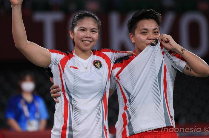 Pasangan ganda putri Indonesia, Greysia Polii/Apriyani Rahayu, berpose setelah memastikan medali emas Olimpiade Tokyo 2020 di Musashino Forest Plaza, Senin (2/8/2021).