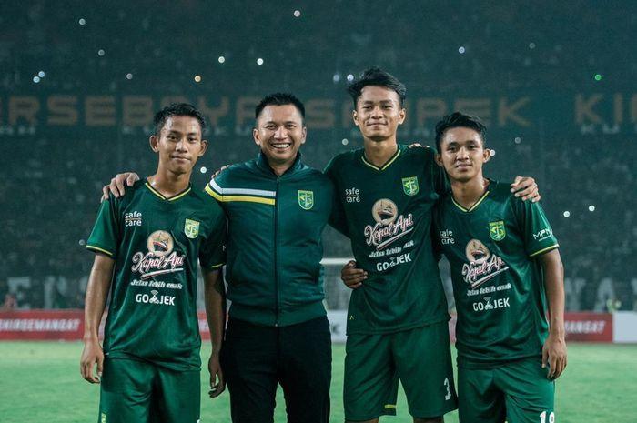 Presiden klub Persebaya, Azrul Ananda, bersama Koko Ari Araya, Muhammad Kemaluddin, Zulfikar Akhmad Medianar Arifin saat menjalani debut pada laga uji coba melawan Persela Lamongan di Stadion Gelora Bung Tomo (GBT), 11 Mei 2019.