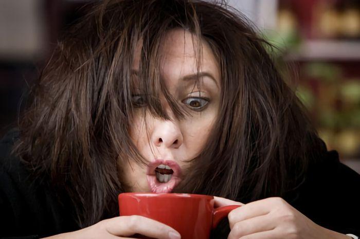 Terlalu banyak mengonsumsi kopi bisa membuat Moms merasa stres, cemas dan mudah marah