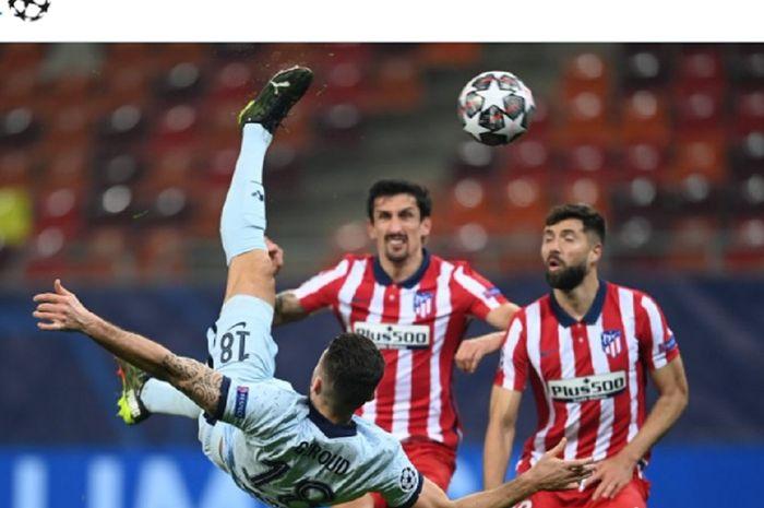 Penyerang Chelsea, Olivier Giroud, mencetak gol salto ke gawang Atletico Madrid pada laga leg pertama babak 16 besar Liga Champions 2020-2021, Selasa (23/2/2021).