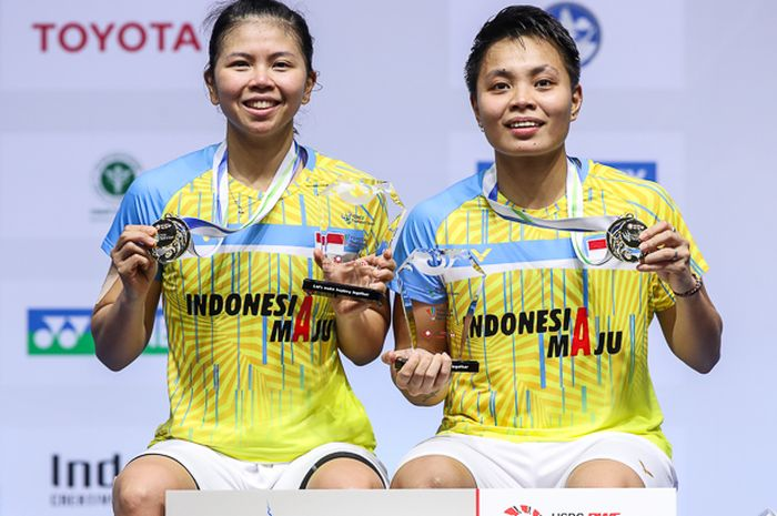 Pasangan ganda putri Indonesia, Greysia Polii/Apriyani Rahayu berpose setelah menjadi juara pada Thailand Open I 2021 di Impact Arena, Bangkok, Thailand, Minggu (17/1/2021)
