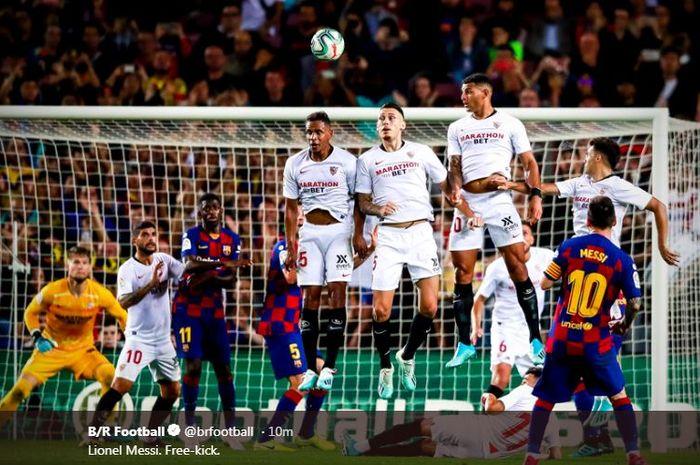 Kapten Barcelona, Lionel Messi, mencetak gol via tendangan bebas kontra Sevilla.