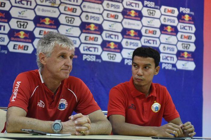 Pelatih dan pemain Persija Jakarta Ivan Kolev serta Novri Setiawan dalam jumpa pers di ruang media Stadion Pakansari, Bogor, Sabtu (16/2/2019).