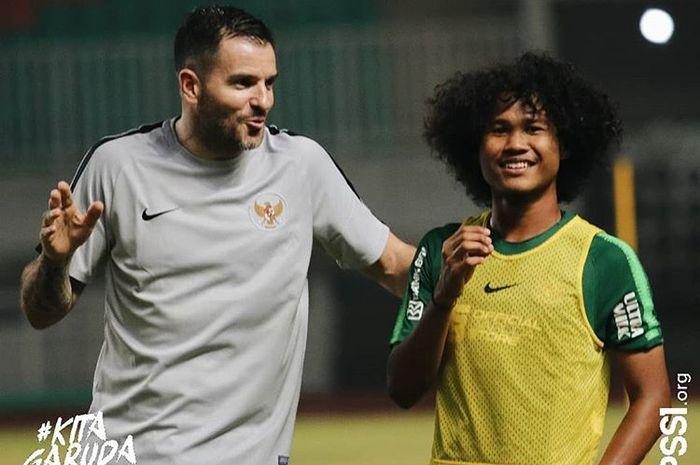 Amiruddin Bagus Kahfi mendapatkan arahan dari pelatih timnas Indonesia, Simon McMenemy, saat training camp jelang Kualifikasi Piala Dunia 2022 Zona Asia
