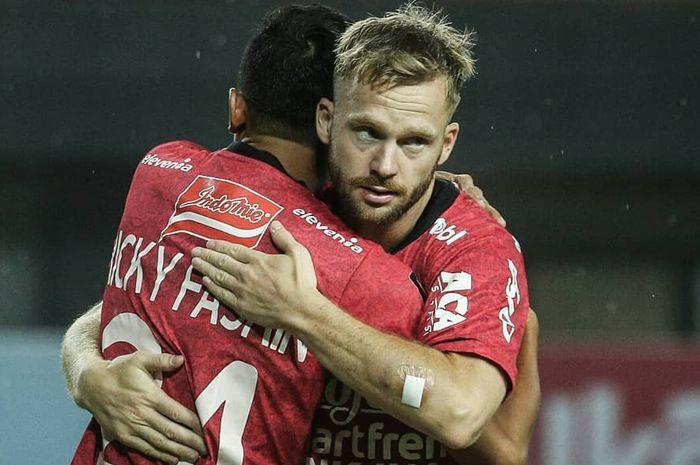 Pemain Bali United, Ricky Fajrin dan Melvin Platje, pada laga Piala Presiden melawan Mitra Kukar, Minggu (3/3/2019).