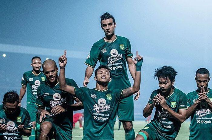 Pemain Persebaya Surabaya merayakan gol yang dicetak Osvaldo Haay saat melawan Kalteng Putra pada pekan ke-18 Liga 1 2019.