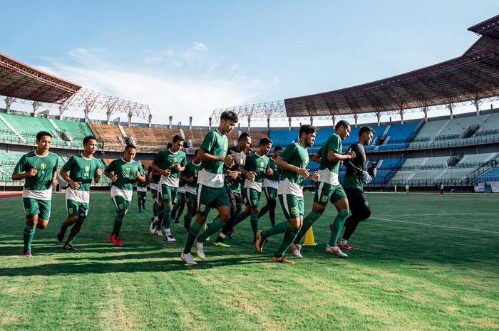 Para pemain Persebaya berlari keliling lapangan sebelum memulai latihan perdana selama Ramadhan di Stadion Gelora Bung Tomo, Surabaya, pada 7 Mei 2019.